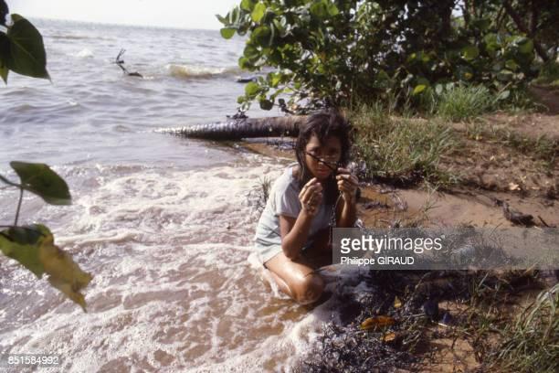 Jeune fille dans le lac de Maracaibo Venezuela en juin 1986