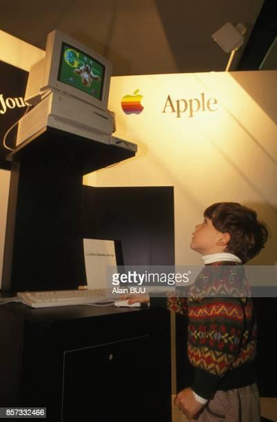 Jeune garcon s'amusant sur un ordinateur au Salon des jeux video au CNIT de la Defense le 8 novembre 1992 a Paris France