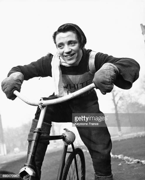 Jeune homme sur un vélo de course de l'équipe 'Bell'