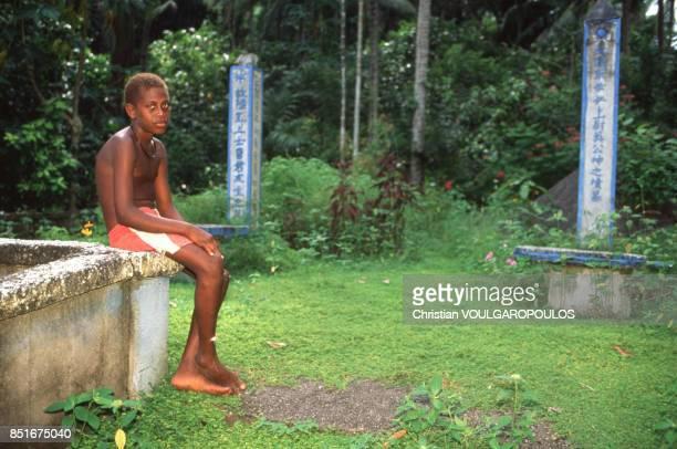 Jeune Papou près du mémorial chinois de Rabaul PapouasieNouvelleGuinée en juin 1991
