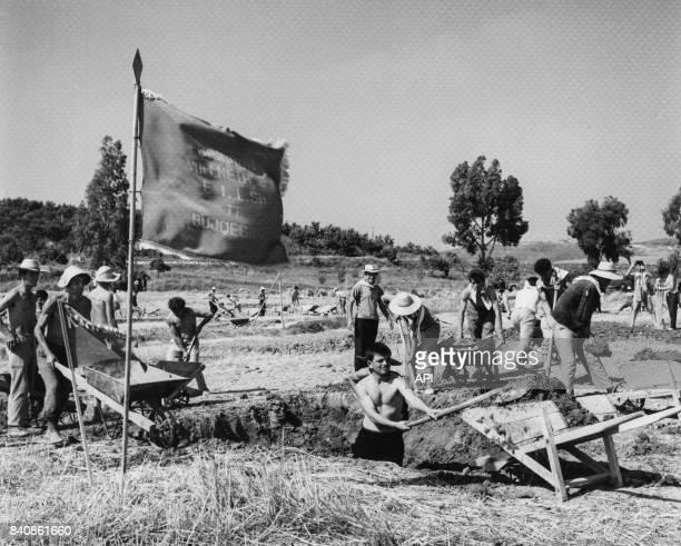 Jeunes albanais guidés par la pensée de Mao sont volontaires pour la construction de la ligne de chemin de fer RrogozhineFieri le 19 septembre 1967...
