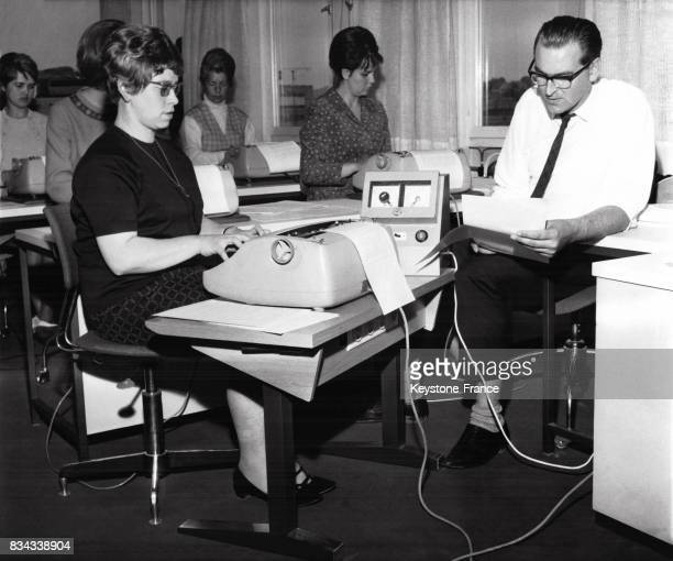 Jeunes femmes s'entraînant à la machine à écrire avant de participer au championnat du monde de dactylo en Allemagne en mai 1967