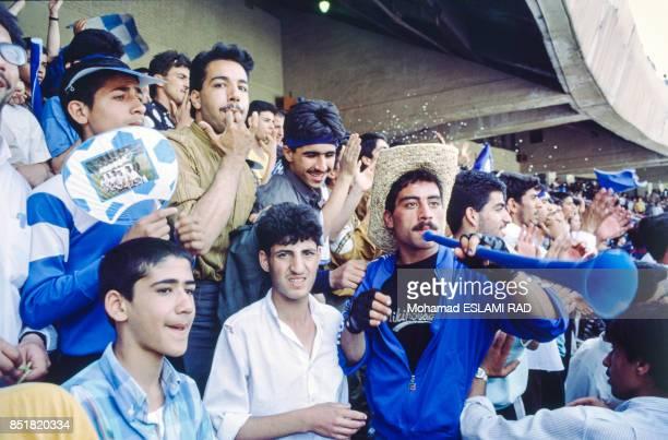 Jeunes gens supportant leur équipe lors d'une rencontre sportive en février 1993 à Téhéran Iran