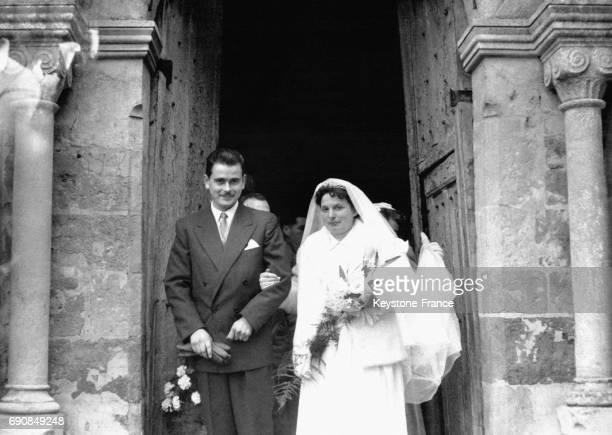 Jeunes mariés sortant de l'église après la cérémonie en Normandie France en 1955