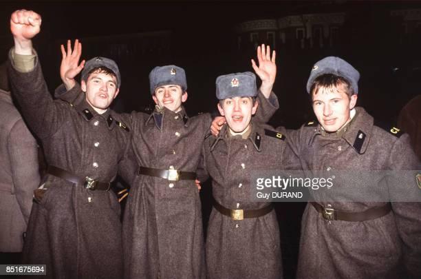 Jeunes militaires fêtant la nouvelle année sur la Place Rouge le 1er janvier 1992 à Moscou Russie