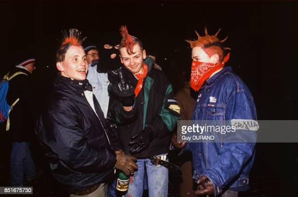 Jeunes punks fêtant la nouvelle année sur la Place Rouge le 1er janvier 1992 à Moscou Russie