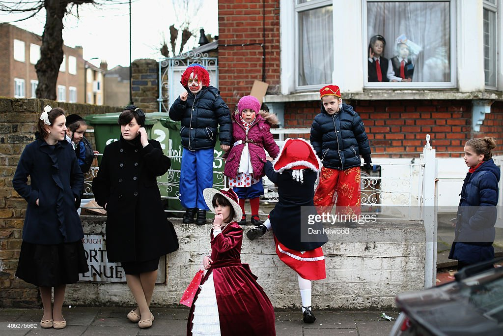 Jewish families watch from the sidelines during the Jewish holiday of Purim on March 5 2015 in London England The annual Purim holiday is celebrated...