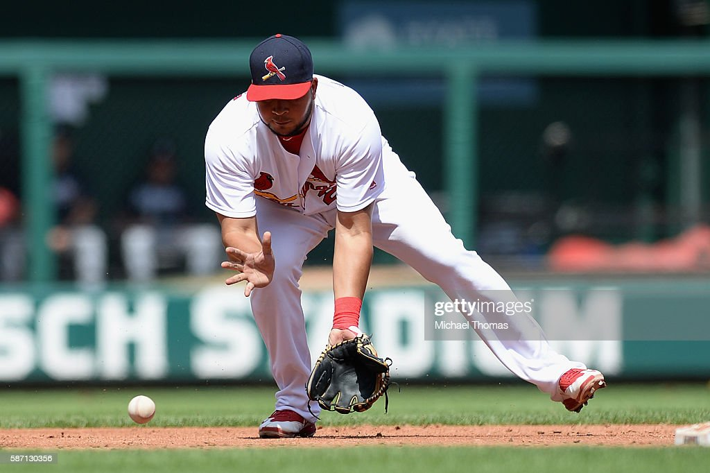 Jhonny Peralta #27 of the St. Louis Cardinals fields a ball in the third inning against the Atlanta Braves at Busch Stadium on August 7, 2016 in St. Louis, Missouri.