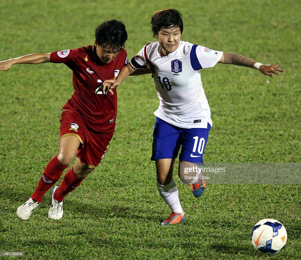Ji So Yun of Korea Republic battles with Nisa Romyen of Thailand during the AFC Women's Asian Cup Gropu B match between Thailand and Korea Republic at Thong Nhat Stadium on May 17, 2014 in Ho Chi Minh City, Vietnam.