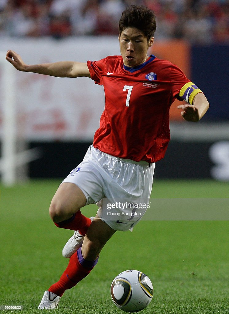 Ji Sung-Park of South Korea goes for the ball during the international friendly match between South Korea and Ecuador at Seoul Worldcup stadium on May 16, 2010 in Seoul, South Korea.