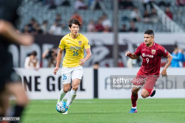 Jiangsu FC Defender Hong Jeongho in action against Shanghai FC Forward Elkeson De Oliveira Cardoso during the AFC Champions League 2017 Round of 16...