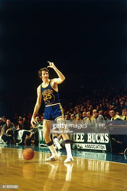 Jim Barnett of the Golden State Warriors calls a play during a game against the Milwaukee Bucks during the 1971 season at the MECCA Arena in...