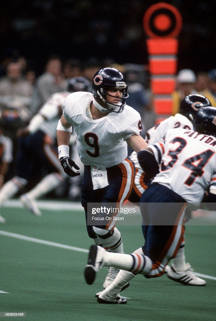 <a gi-track='captionPersonalityLinkClicked' href=/galleries/search?phrase=Jim+McMahon+-+American+Football+Player&family=editorial&specificpeople=228299 ng-click='$event.stopPropagation()'>Jim McMahon</a> #9 of the Chicago Bears hands the ball off to running back <a gi-track='captionPersonalityLinkClicked' href=/galleries/search?phrase=Walter+Payton&family=editorial&specificpeople=216517 ng-click='$event.stopPropagation()'>Walter Payton</a> #34 against the New England Patriots during Super Bowl XX January 26, 1986 at the Louisiana Superdome in New Orleans, Louisiana. The Bears won the Super Bowl 46-10.