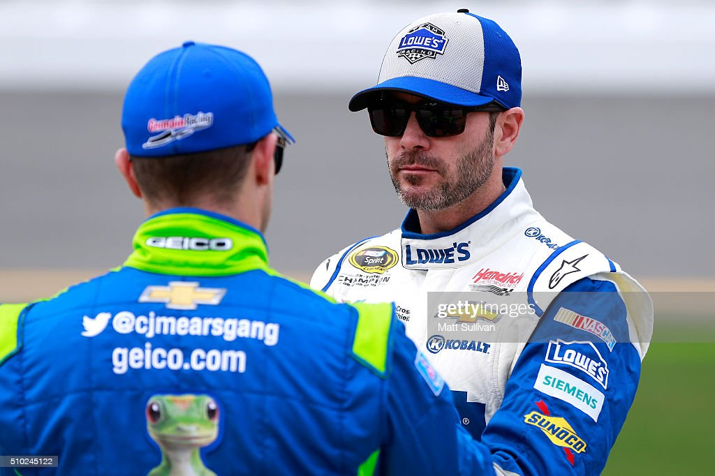 <a gi-track='captionPersonalityLinkClicked' href=/galleries/search?phrase=Jimmie+Johnson+-+Pilote+de+Nascar&family=editorial&specificpeople=171519 ng-click='$event.stopPropagation()'>Jimmie Johnson</a>, driver of the #48 Lowe's Chevrolet, talks with <a gi-track='captionPersonalityLinkClicked' href=/galleries/search?phrase=Casey+Mears&family=editorial&specificpeople=176485 ng-click='$event.stopPropagation()'>Casey Mears</a>, driver of the #13 GEICO Chevrolet, on the grid during qualifying for the NASCAR Sprint Cup Series Daytona 500 at Daytona International Speedway on February 14, 2016 in Daytona Beach, Florida.