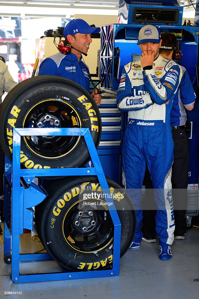 <a gi-track='captionPersonalityLinkClicked' href=/galleries/search?phrase=Jimmie+Johnson+-+Piloto+da+Nascar&family=editorial&specificpeople=171519 ng-click='$event.stopPropagation()'>Jimmie Johnson</a>, driver of the #48 Lowe's Chevrolet, talks with <a gi-track='captionPersonalityLinkClicked' href=/galleries/search?phrase=Chad+Knaus&family=editorial&specificpeople=564401 ng-click='$event.stopPropagation()'>Chad Knaus</a> during practice for the NASCAR Sprint Cup Series Go Bowling 400 at Kansas Speedway on May 6, 2016 in Kansas City, Kansas.
