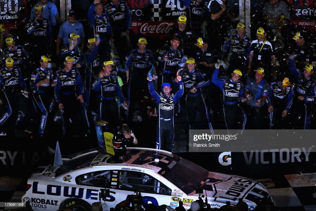 <a gi-track='captionPersonalityLinkClicked' href=/galleries/search?phrase=Jimmie+Johnson+-+Piloto+da+Nascar&family=editorial&specificpeople=171519 ng-click='$event.stopPropagation()'>Jimmie Johnson</a>, driver of the #48 Lowe's Dover White Chevrolet, celebrates in victory lane after winning the NASCAR Sprint Cup Series Coke Zero 400 at Daytona International Speedway on July 6, 2013 in Daytona Beach, Florida.