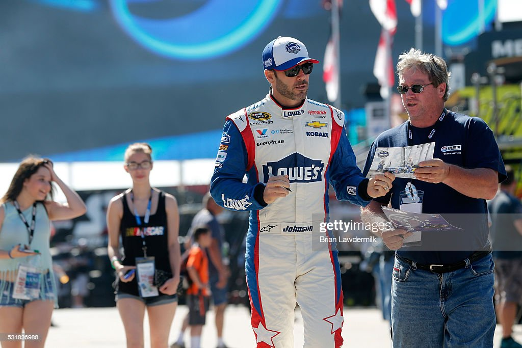<a gi-track='captionPersonalityLinkClicked' href=/galleries/search?phrase=Jimmie+Johnson+-+Pilote+de+Nascar&family=editorial&specificpeople=171519 ng-click='$event.stopPropagation()'>Jimmie Johnson</a>, driver of the #48 Lowe's Patriotic Chevrolet, signs autographs for fans during practice for the NASCAR Sprint Cup Series Coca-Cola 600 at Charlotte Motor Speedway on May 28, 2016 in Charlotte, North Carolina.