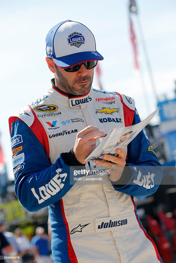<a gi-track='captionPersonalityLinkClicked' href=/galleries/search?phrase=Jimmie+Johnson+-+Pilote+de+Nascar&family=editorial&specificpeople=171519 ng-click='$event.stopPropagation()'>Jimmie Johnson</a>, driver of the #48 Lowe's Patriotic Chevrolet, sigs an autograph during practice for the NASCAR Sprint Cup Series Coca-Cola 600 at Charlotte Motor Speedway on May 28, 2016 in Charlotte, North Carolina.