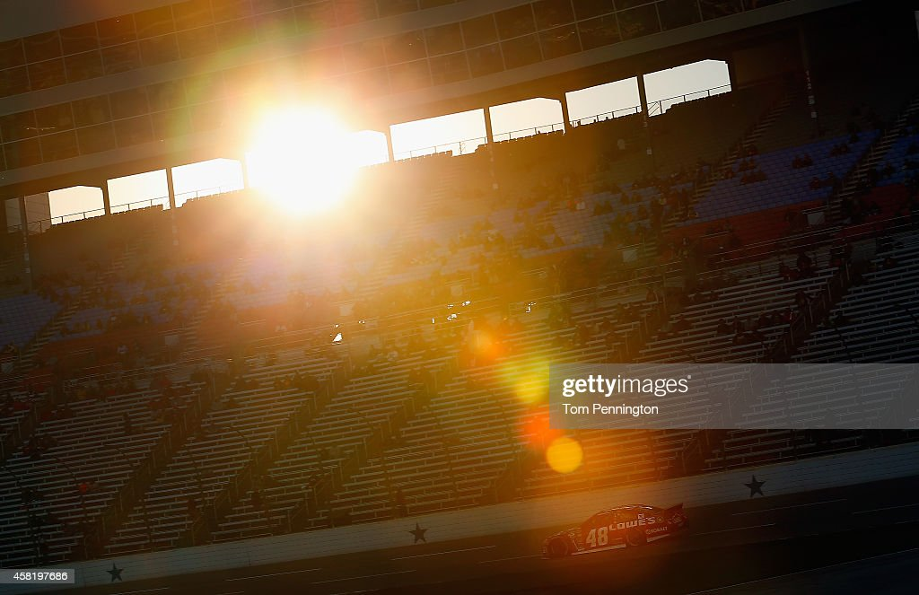 <a gi-track='captionPersonalityLinkClicked' href=/galleries/search?phrase=Jimmie+Johnson+-+Piloto+da+Nascar&family=editorial&specificpeople=171519 ng-click='$event.stopPropagation()'>Jimmie Johnson</a>, driver of the #48 Lowe's Red Vest Chevrolet, drives during Pinnacle Propane Qualifying for the NASCAR Sprint Cup Series AAA Texas 500 at Texas Motor Speedway on October 31, 2014 in Fort Worth, Texas.