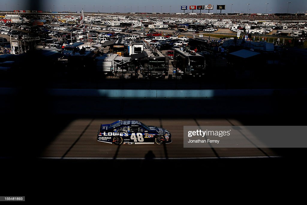 <a gi-track='captionPersonalityLinkClicked' href=/galleries/search?phrase=Jimmie+Johnson+-+Piloto+da+Nascar&family=editorial&specificpeople=171519 ng-click='$event.stopPropagation()'>Jimmie Johnson</a> drives the #48 Lowe's Chevrolet during the NASCAR Sprint Cup Series AAA Texas 500 at Texas Motor Speedway on November 4, 2012 in Fort Worth, Texas.