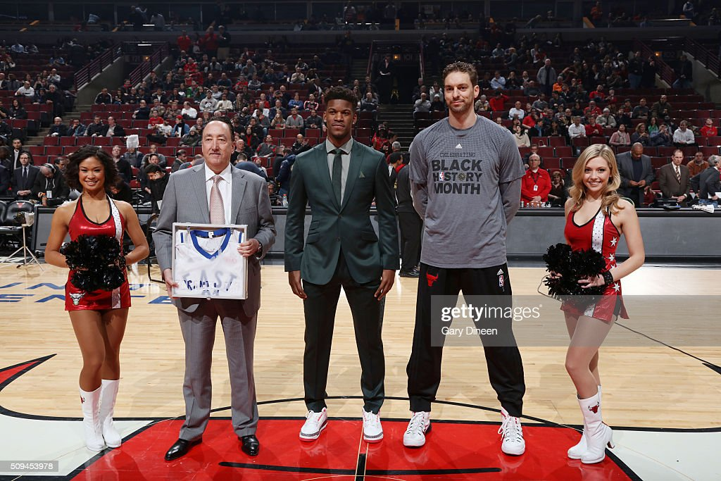 <a gi-track='captionPersonalityLinkClicked' href=/galleries/search?phrase=Jimmy+Butler+-+Basketbalspeler&family=editorial&specificpeople=9860567 ng-click='$event.stopPropagation()'>Jimmy Butler</a> #21 honors <a gi-track='captionPersonalityLinkClicked' href=/galleries/search?phrase=Pau+Gasol&family=editorial&specificpeople=201587 ng-click='$event.stopPropagation()'>Pau Gasol</a> #16 of the Chicago Bulls with an All Star jersey during the game against the Atlanta Hawks on February 10, 2016 at United Center in Chicago, Illinois.