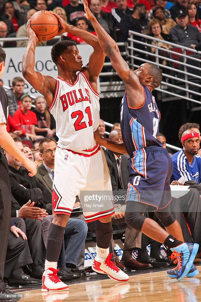 <a gi-track='captionPersonalityLinkClicked' href=/galleries/search?phrase=Jimmy+Butler+-+Basketbalspeler&family=editorial&specificpeople=9860567 ng-click='$event.stopPropagation()'>Jimmy Butler</a> #21 of the Chicago Bulls looks to pass the ball against <a gi-track='captionPersonalityLinkClicked' href=/galleries/search?phrase=Ben+Gordon&family=editorial&specificpeople=202181 ng-click='$event.stopPropagation()'>Ben Gordon</a> #8 of the Charlotte Bobcats on January 28, 2013 at the United Center in Chicago, Illinois.