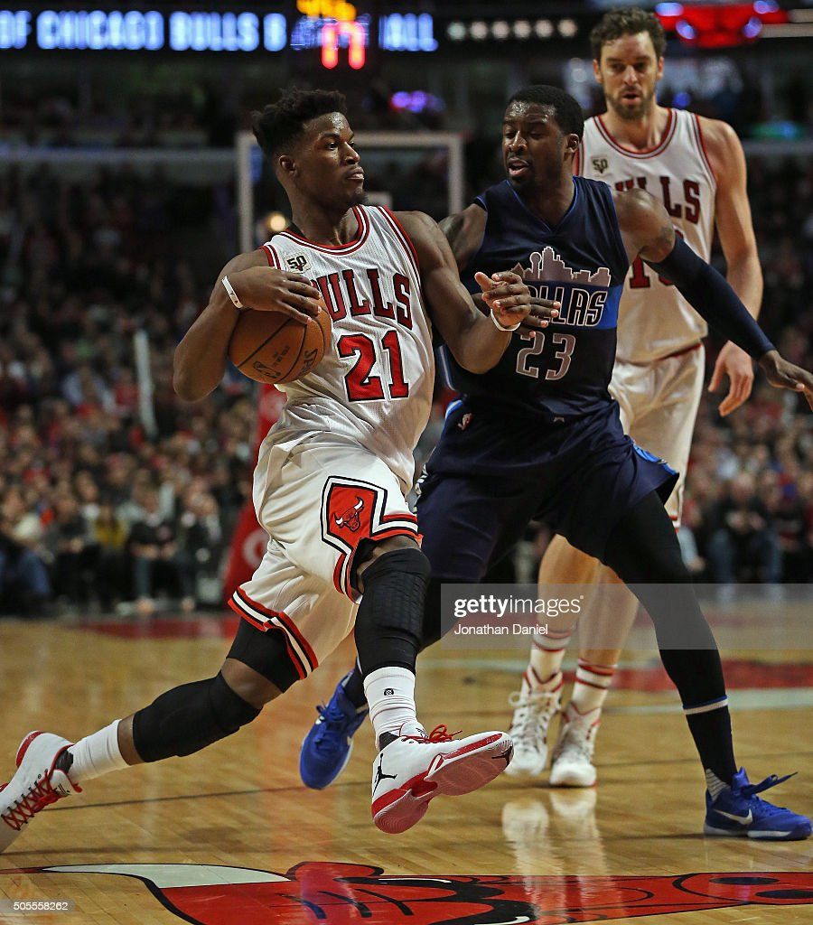 <a gi-track='captionPersonalityLinkClicked' href=/galleries/search?phrase=Jimmy+Butler+-+Basketbalspeler&family=editorial&specificpeople=9860567 ng-click='$event.stopPropagation()'>Jimmy Butler</a> #21 of the Chicago Bulls moves against <a gi-track='captionPersonalityLinkClicked' href=/galleries/search?phrase=Wesley+Matthews&family=editorial&specificpeople=804816 ng-click='$event.stopPropagation()'>Wesley Matthews</a> #23 of the Dallas Mavericks at the United Center on January 15, 2016 in Chicago, Illinois. The Mavericks defeated the Bulls 83-77.