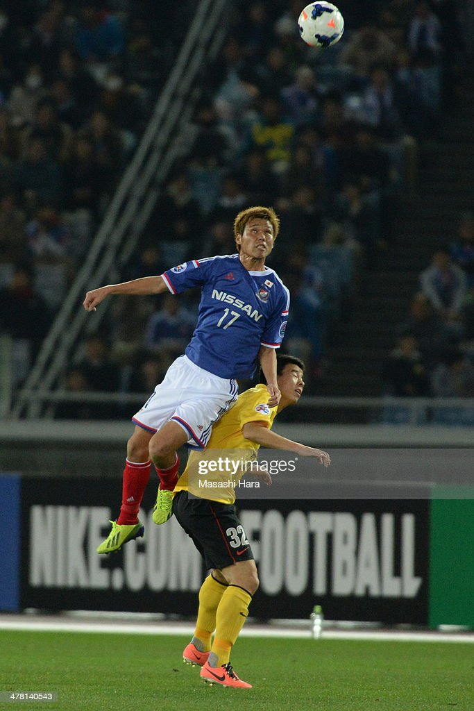 Jin Hanato #17 of Yokohama F.Marinos (L) and <a gi-track='captionPersonalityLinkClicked' href=/galleries/search?phrase=Sun+Xiang&family=editorial&specificpeople=2167195 ng-click='$event.stopPropagation()'>Sun Xiang</a> #32 of Guangzhou Evergrande compete for the ball during the AFC Champions League Group G match between Yokohama F.Marinos and Guangzhou Evergrande at Nissan Stadium on March 12, 2014 in Yokohama, Japan.