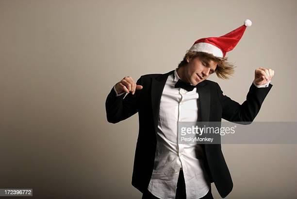 Jingle Bell Rocker Mann tanzt im Smoking mit Santa Hut