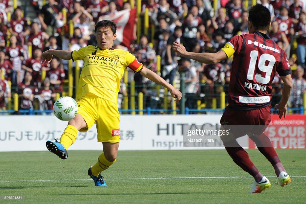 Jiro Kamata #2 of Kashiwa Reysol in action during the J.League match between Kashiwa Reysol and Vissel Kobe at the Hitachi Kashiwa soccer stadium on April 30, 2016 in Kashiwa, Chiba, Japan.