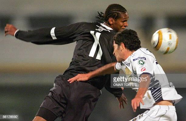 Jo de Corinthians salta a cabecear con Ismael Iniguez de Pumas de la UNAM en partido de cuartos de final de Copa Sudamericana el 09 de noviembre de...