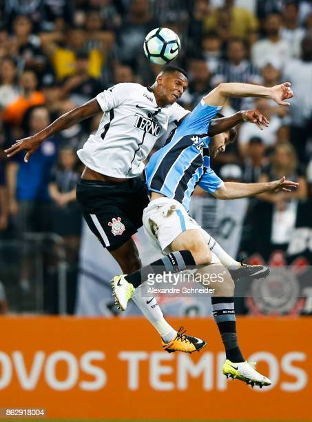Jo of Corinthians and Ramiro of Gremio in action during the match between Corinthians v Gremio for the Brasileirao Series A 2017 at Arena Corinthians...