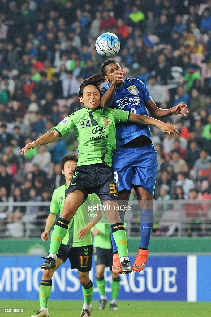 Jo # of Jiangsu Suning and Jang Yun Ho #34 of Jeonbuk Hyundai Motors compete for the ball during the AFC Asian Champions League match between Jeonbuk Hyundai Motors FC and Jiangsu Suning FC at Jeonju World Cup Stadium on May 4, 2016 in Jeonju, South Korea.