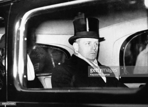 Joachim von Ribbentrop ambassadeur allemand à Londres quitte en voiture l'église St Peter's après avoir assisté au mariage du Prince Ludwig von Hesse...