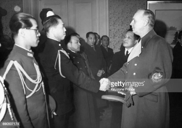 Joachim von Ribbentrop serre la main à l'Ambassadeur japonais en Allemagne Oshima à l'occasion de l'anniversaire de l'entrée en guerre du Japon le 8...