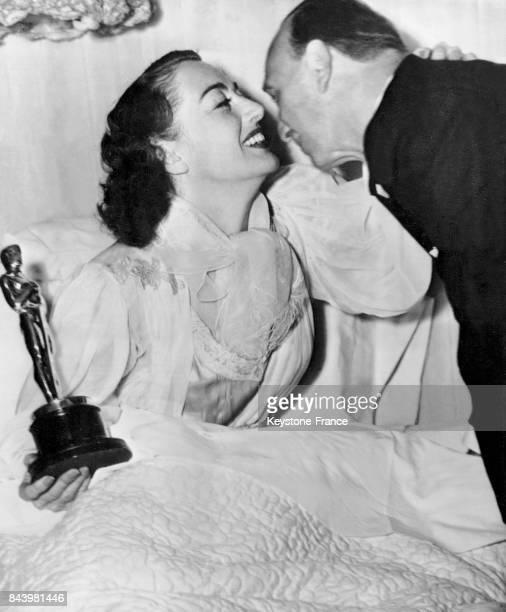 Joan Crawford alitée pour cause de grippe a reçu ultérieurement l'Oscar de la meilleure actrice pour son rôle dans le film 'Le roman de Mildred...