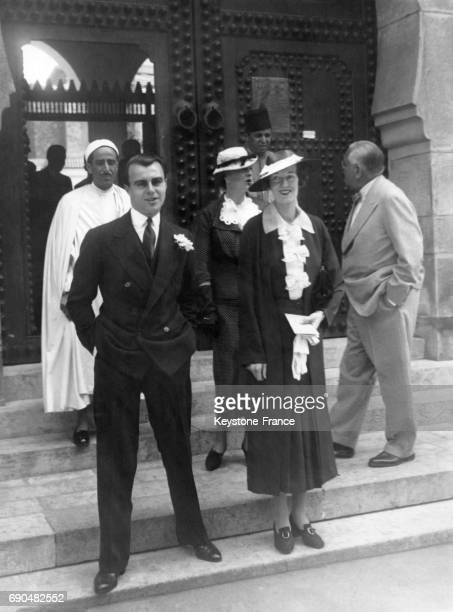 Joan YardeBuller et le Prince Ali Khan sortant de la mosquée de Paris après la célébration de leur mariage le 18 mai 1936 à Paris France