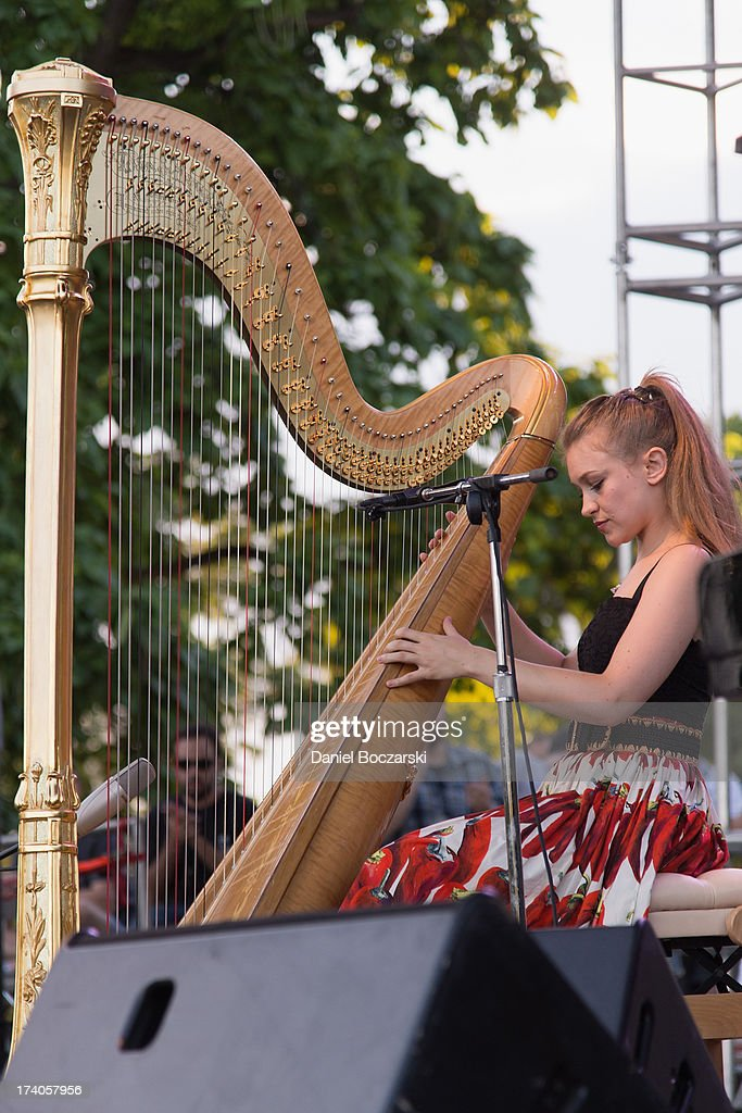 <a gi-track='captionPersonalityLinkClicked' href=/galleries/search?phrase=Joanna+Newsom&family=editorial&specificpeople=4184073 ng-click='$event.stopPropagation()'>Joanna Newsom</a> performs on stage on Day 1 of Pitchfork Music Festival 2013 at Union Park on July 19, 2013 in Chicago, Illinois.