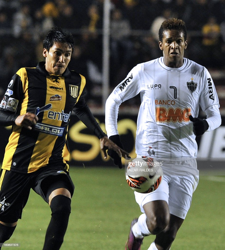 Joao (R) of Brazil's Atletico Mineiro vies for the ball with Marcos Barrera, of Bolivia's The Strongest during their Copa Libertadores football match at Hernando Siles stadium in La Paz, Bolivia, on March 13, 2013. AFP PHOTO/Aizar Raldes