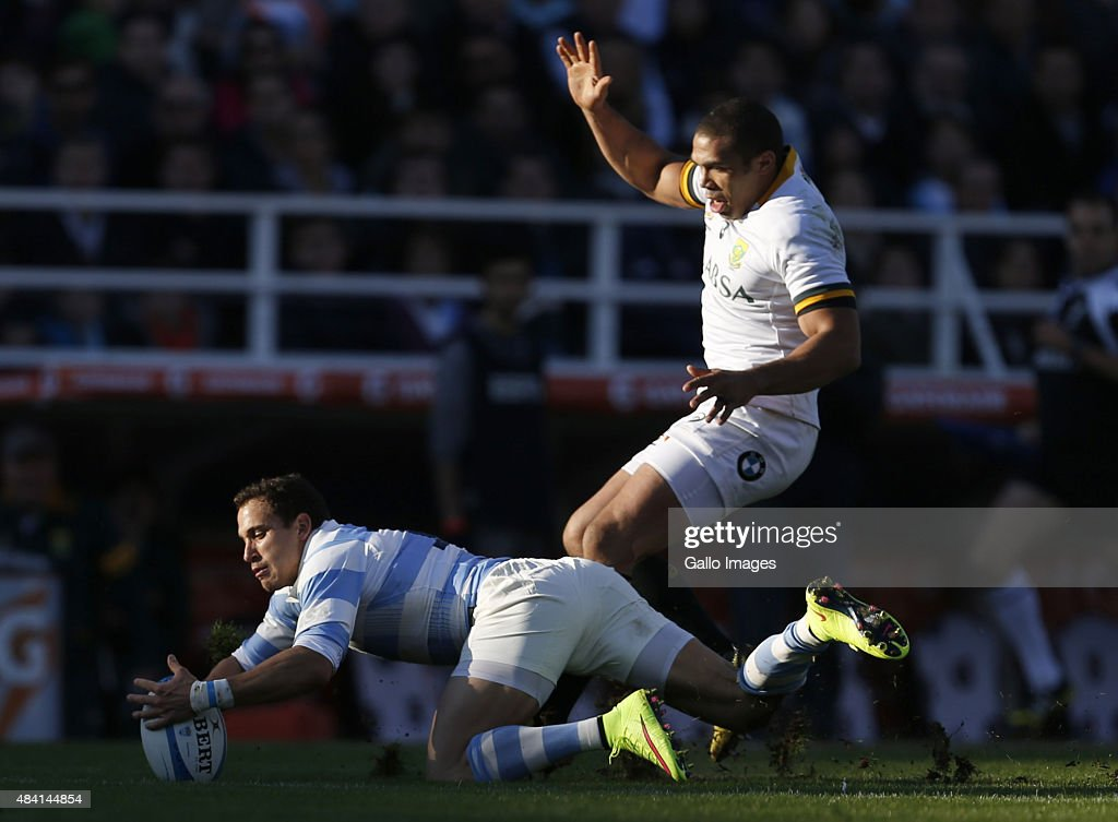 Joaquin Tuculet of Argentina and <a gi-track='captionPersonalityLinkClicked' href=/galleries/search?phrase=Bryan+Habana&family=editorial&specificpeople=221391 ng-click='$event.stopPropagation()'>Bryan Habana</a> of South Africa fight for the ball during the International Test match between Argentina and South Africa at José Amalfitani Stadium on August 15, 2015 in Buenos Aires, Argentina.