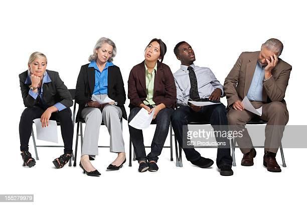 Solicitantes de empleo esperando en línea