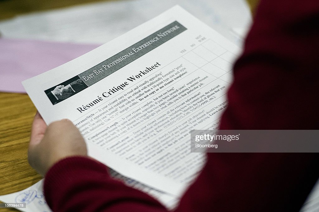 A job seeker looks at a resume critique worksheet during a HIREvent job fair in Concord, California, U.S., on Tuesday, Nov. 13, 2012. The U.S. Labor Department is scheduled to release initial jobless claims and continuing claims data on Nov. 15 Photographer: David Paul Morris/Bloomberg via Getty Images