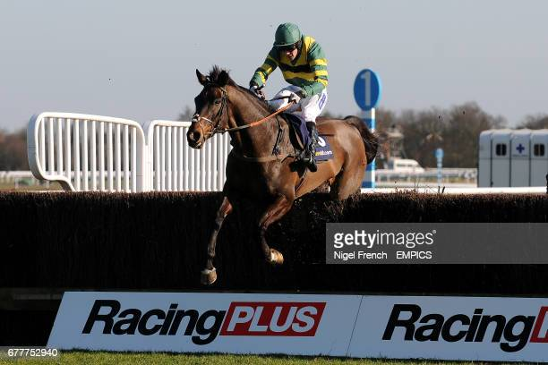 Jockey Felix de Giles on Busy Isit during the William Hill App 25 SignUp Bonus Handicap Chase