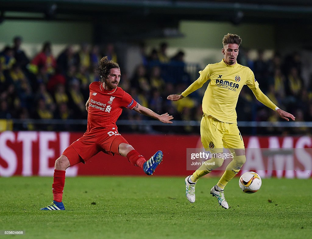 Joe Allen of Liverpool competes with Samu Castillejo of Villarreal during the UEFA Europa League Semi Final: First Leg match between Villarreal CF and Liverpool on April 28, 2016 in Villarreal, Spain.