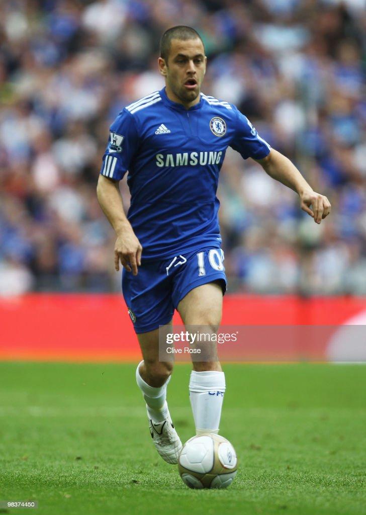 <a gi-track='captionPersonalityLinkClicked' href=/galleries/search?phrase=Joe+Cole&family=editorial&specificpeople=171525 ng-click='$event.stopPropagation()'>Joe Cole</a> of Chelsea runs with the ball during the FA Cup sponsored by E.ON Semi Final match between Aston Villa and Chelsea at Wembley Stadium on April 10, 2010 in London, England.