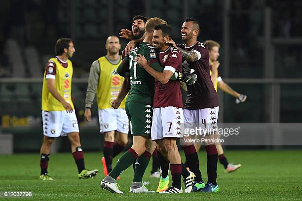 Joe Hart of FC Torino celebrates victory with team mates at the end of the Serie A match between FC Torino and ACF Fiorentina at Stadio Olimpico di...