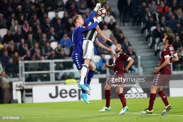 Joe Hart of Torino FC anticipates Mario Mandzukic of Juventus Fc during the Serie A football match between Juventus Fc and Torino Fc
