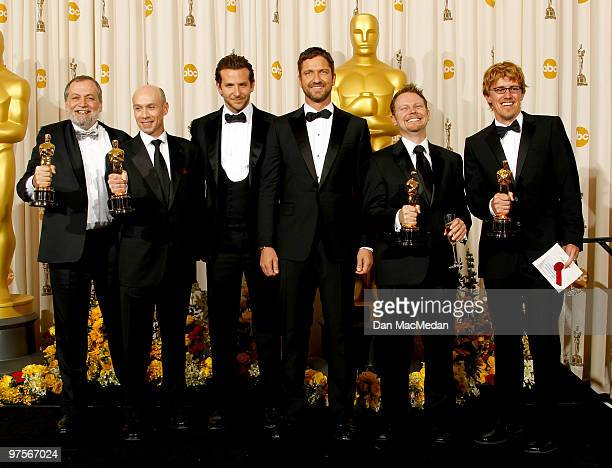 Joe Letteri Stephen Rosenbaum Richard Baneham and Andrew R Jones with their Oscar for Achievement in Visual Effects for 'Avatar' and actors Bradley...