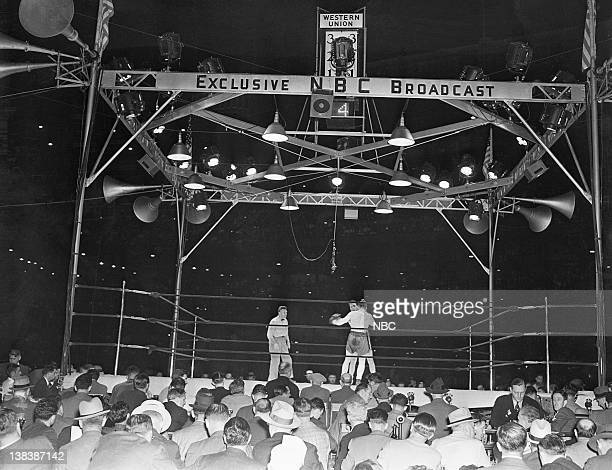 CHAMPIONSHIP '1938 Joe Louis v Max Schmeling' Pictured Referee Arthur Donovan boxers Max Schmeling Joe Louis during the LouisSchmeling fight on June...