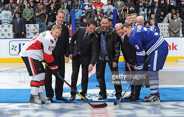 Joe Nieuwendyk Doug Gilmour Ed Belfour and Mark Howe take part in a on ice ceremony with Daniel Alfredsson of the Ottawa Senators and Dion Phaneuf of...